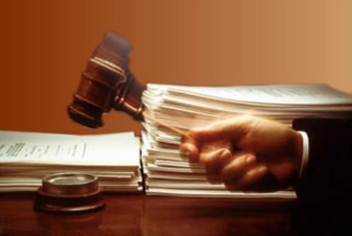Esercizio abusivo di una professione e determinazione di altri a commettere il reato